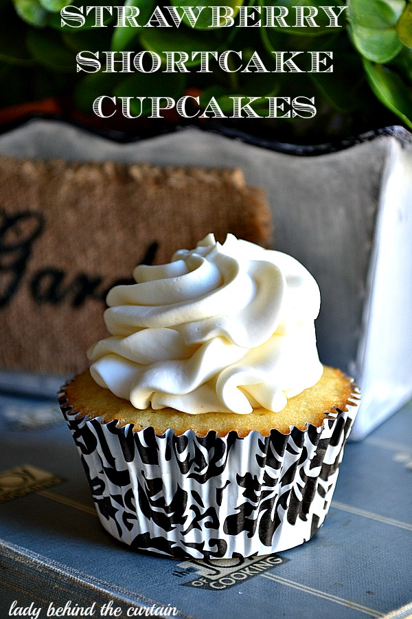 Lady-Behind-The-Curtain-Strawberry-Shortcake-Cupcakes-4