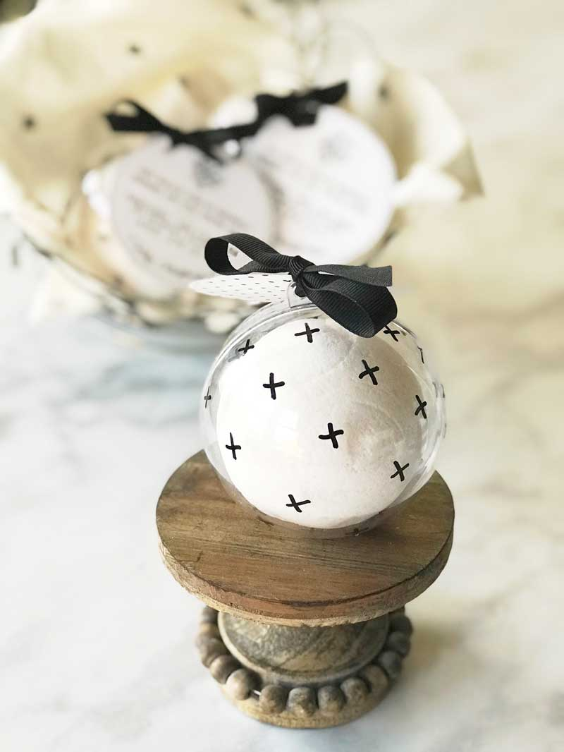 SNOWBALL BATH BOMBS Looking for a simple Christmas gift for friends and neighbors? This simple to make snowball bath bomb will quickly become your favorite gift to give this holiday season!